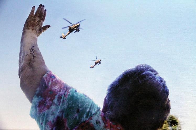 הסבתא ניצולת השואה פרניה גולדהר תועדה לפני כמה שנים כשנופפה לשלום לנכדה, שהטיס מסוק קרב